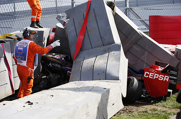 Sochi Autodrom, Sochi, Russia. Saturday 10 October 2015. Marshals remove the tec-pro barrier from the car of Carlos Sainz Jr, Toro Rosso STR10 Renault. World Copyright: Steven Tee/LAT Photographic. ref: Digital Image _L4R4260