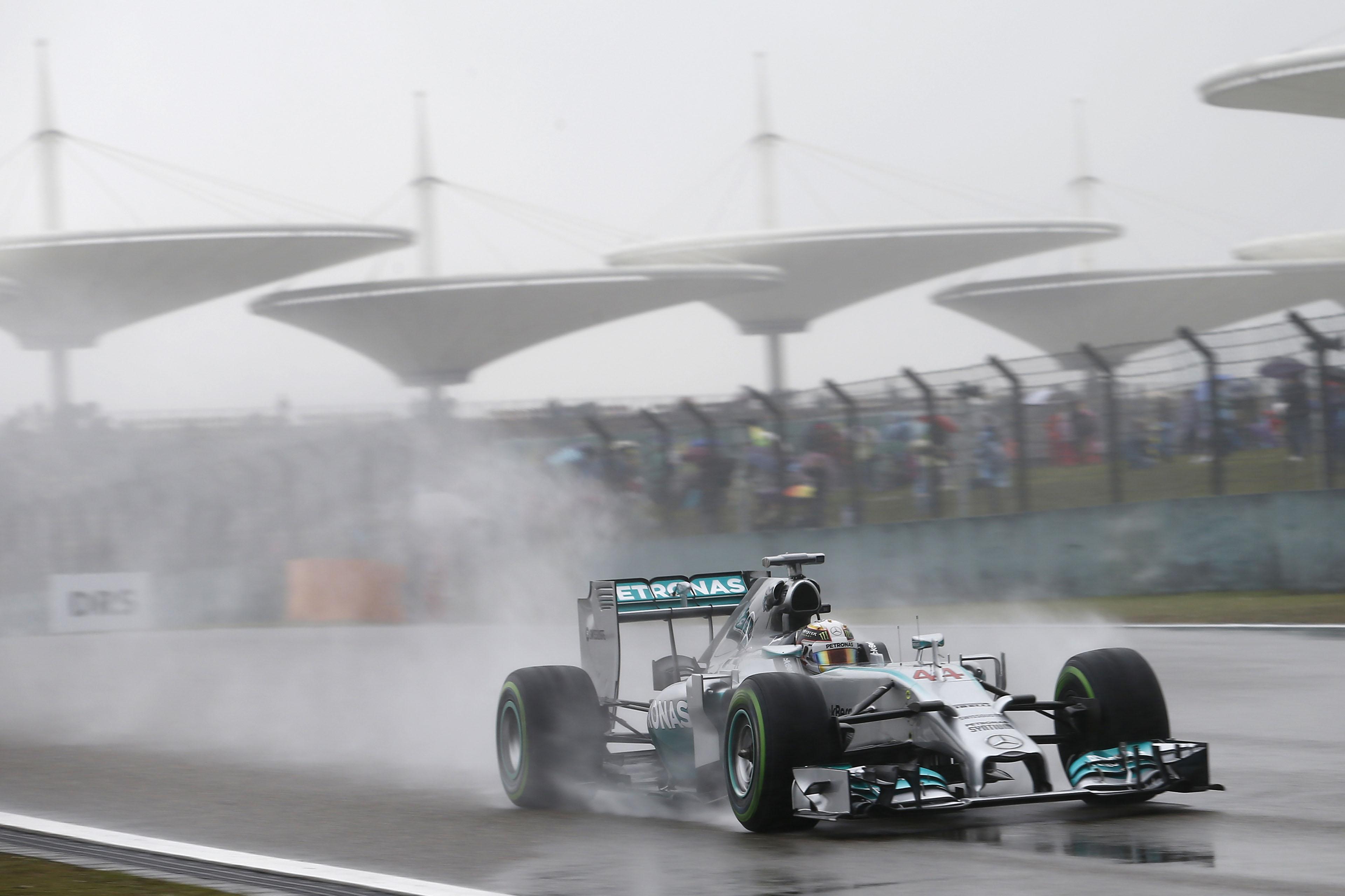 Cina: Hamilton vola anche sotto la pioggia