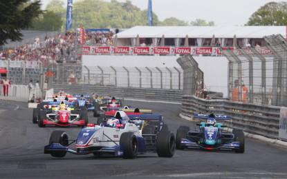 De Vries firma la prima gara a Pau
