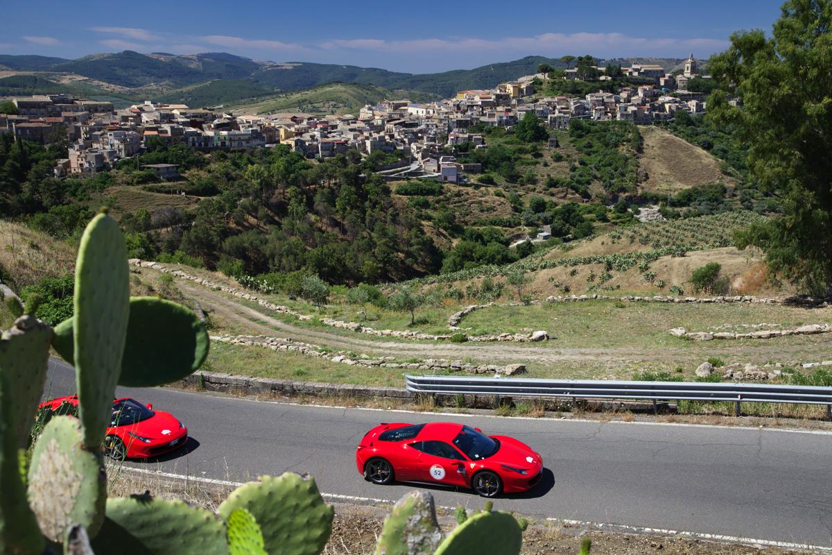 Ferrari Cavalcade e il fascino della Valle dei Templi
