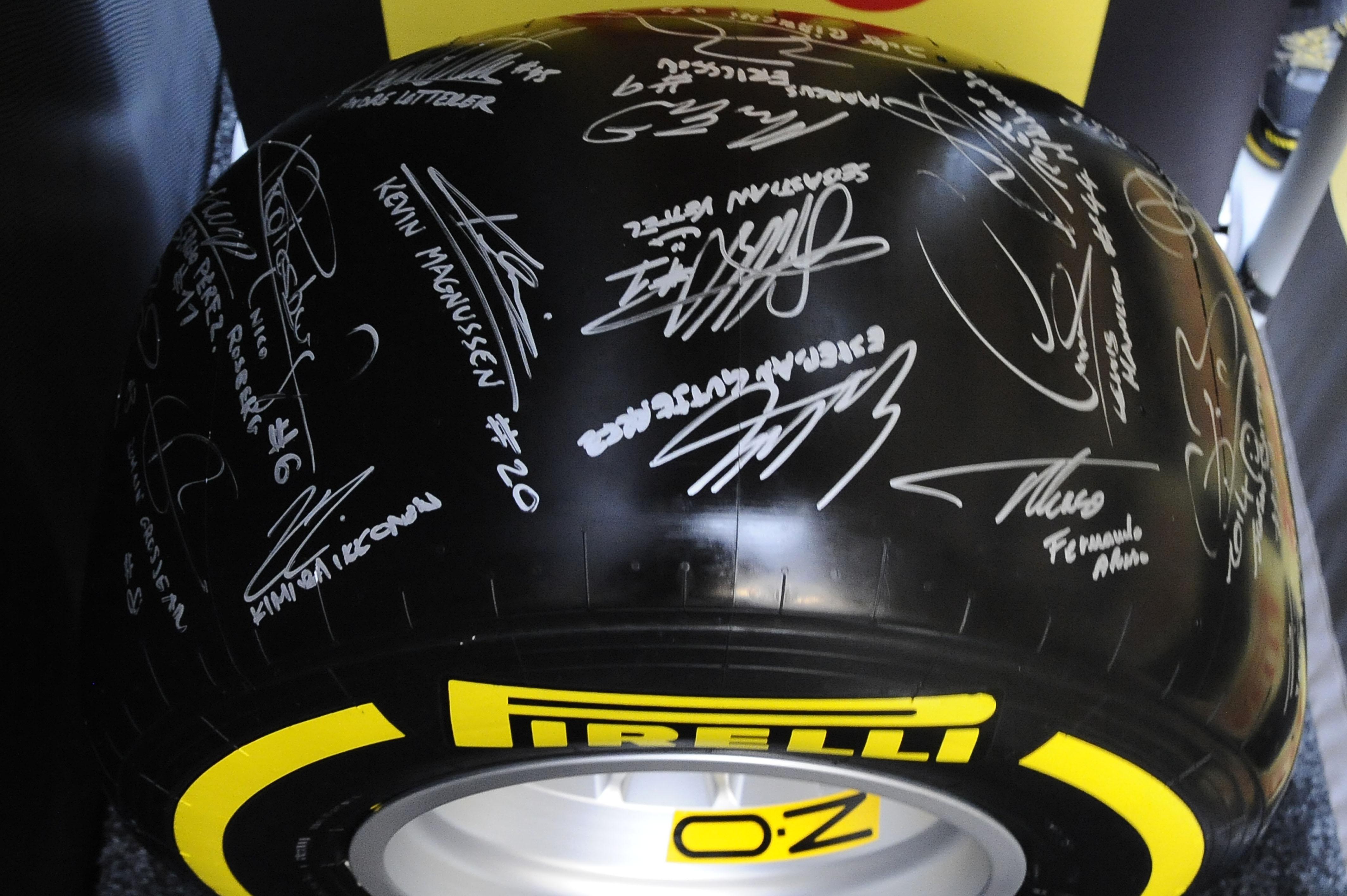 I piloti di F1 e Pirelli per la partita per la pace