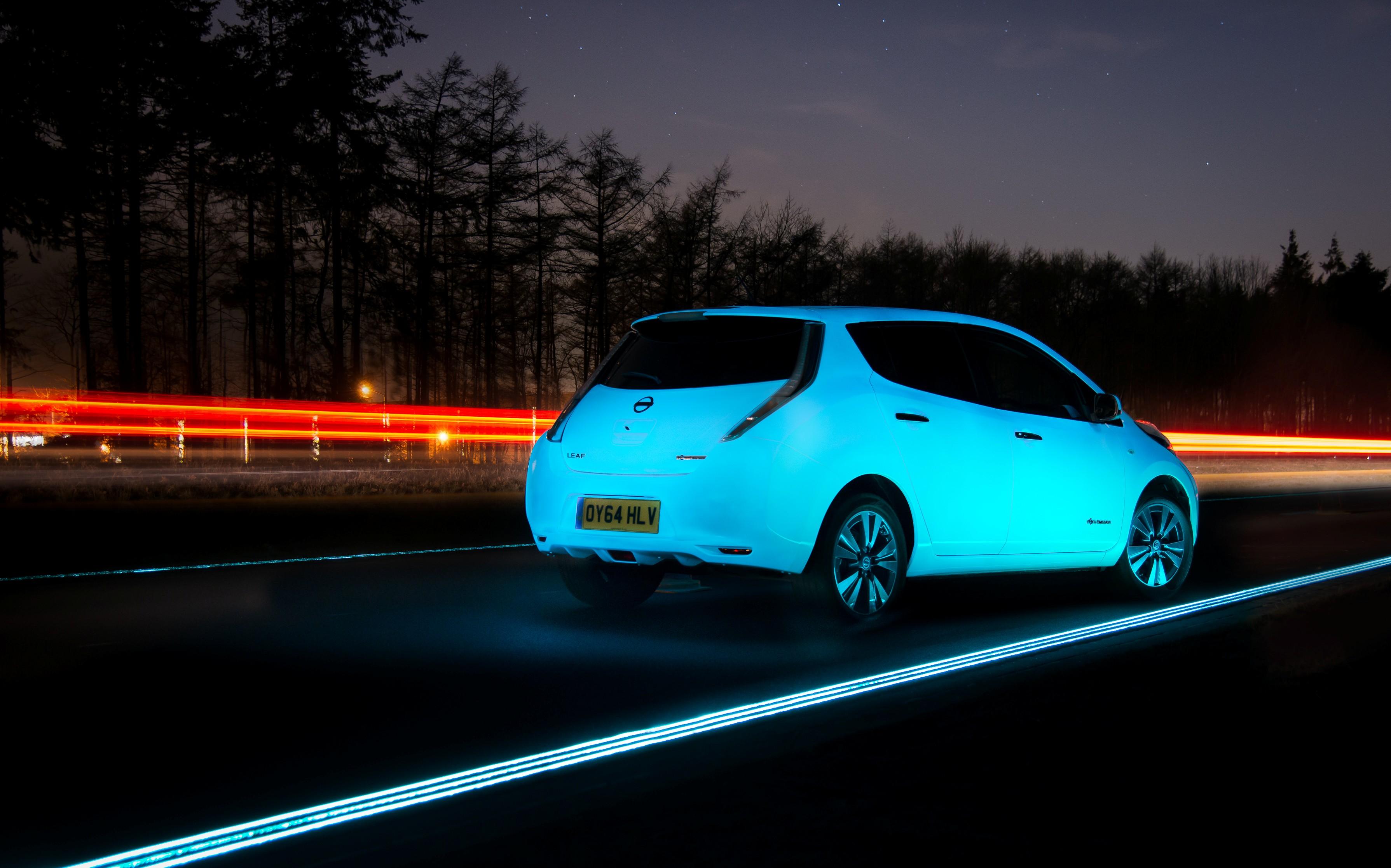 LEAF prima auto fluo su un'autostrada luminescente