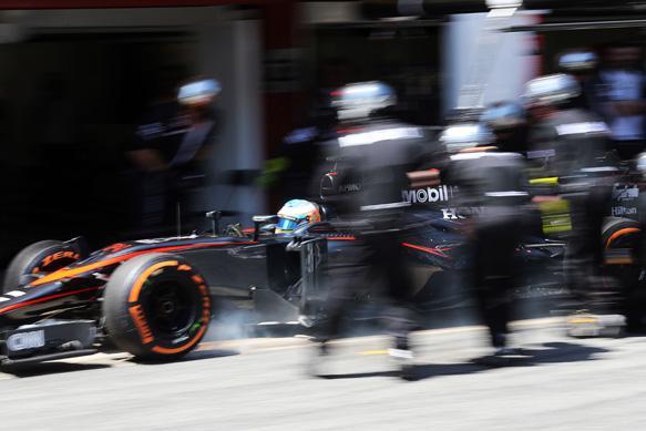 I problemi di Alonso causati dalle visiere a strappo