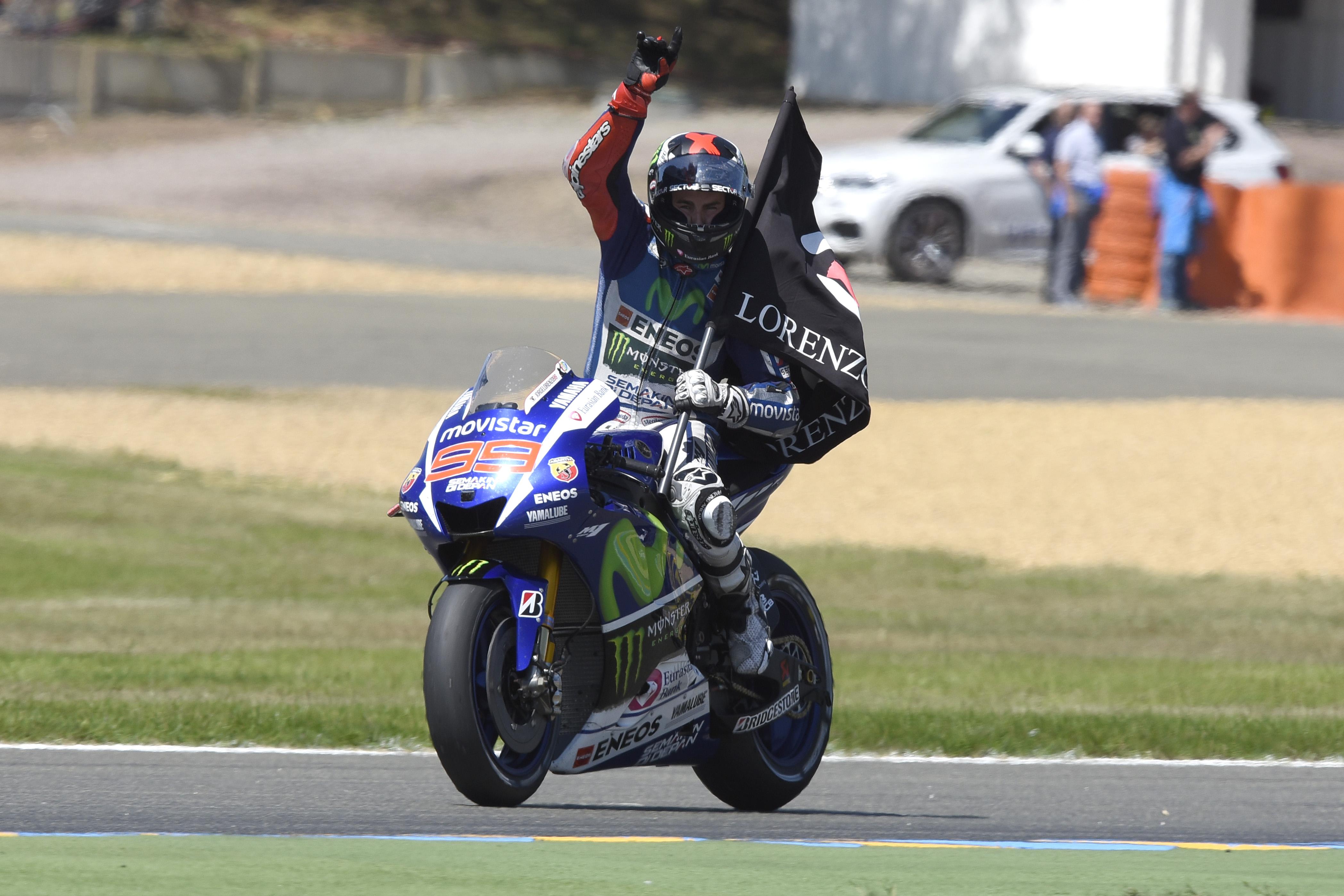 Lorenzo trionfa a Le Mans, Rossi e Dovi sul podio