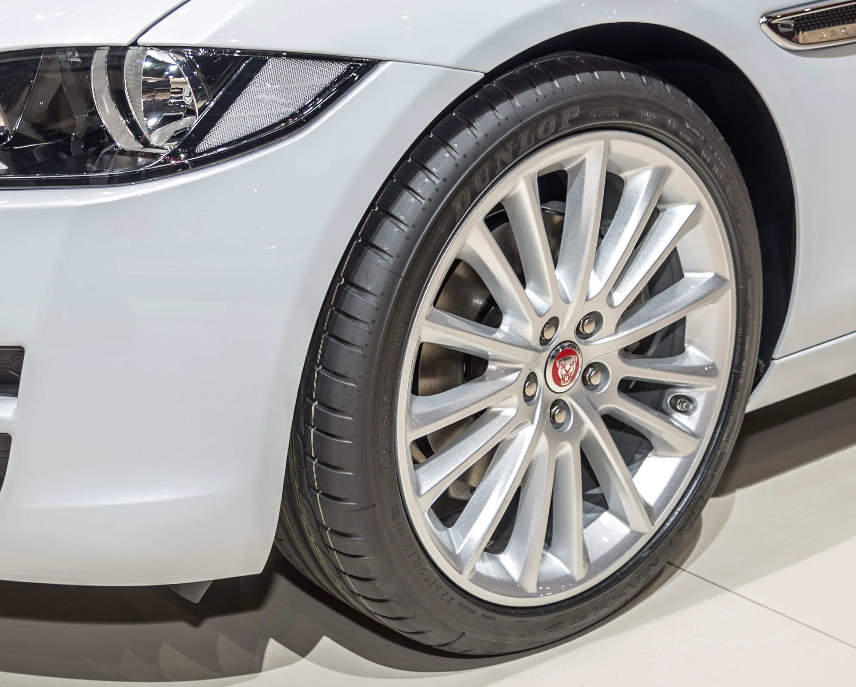 Jaguar XE veste pneumatici Dunlop