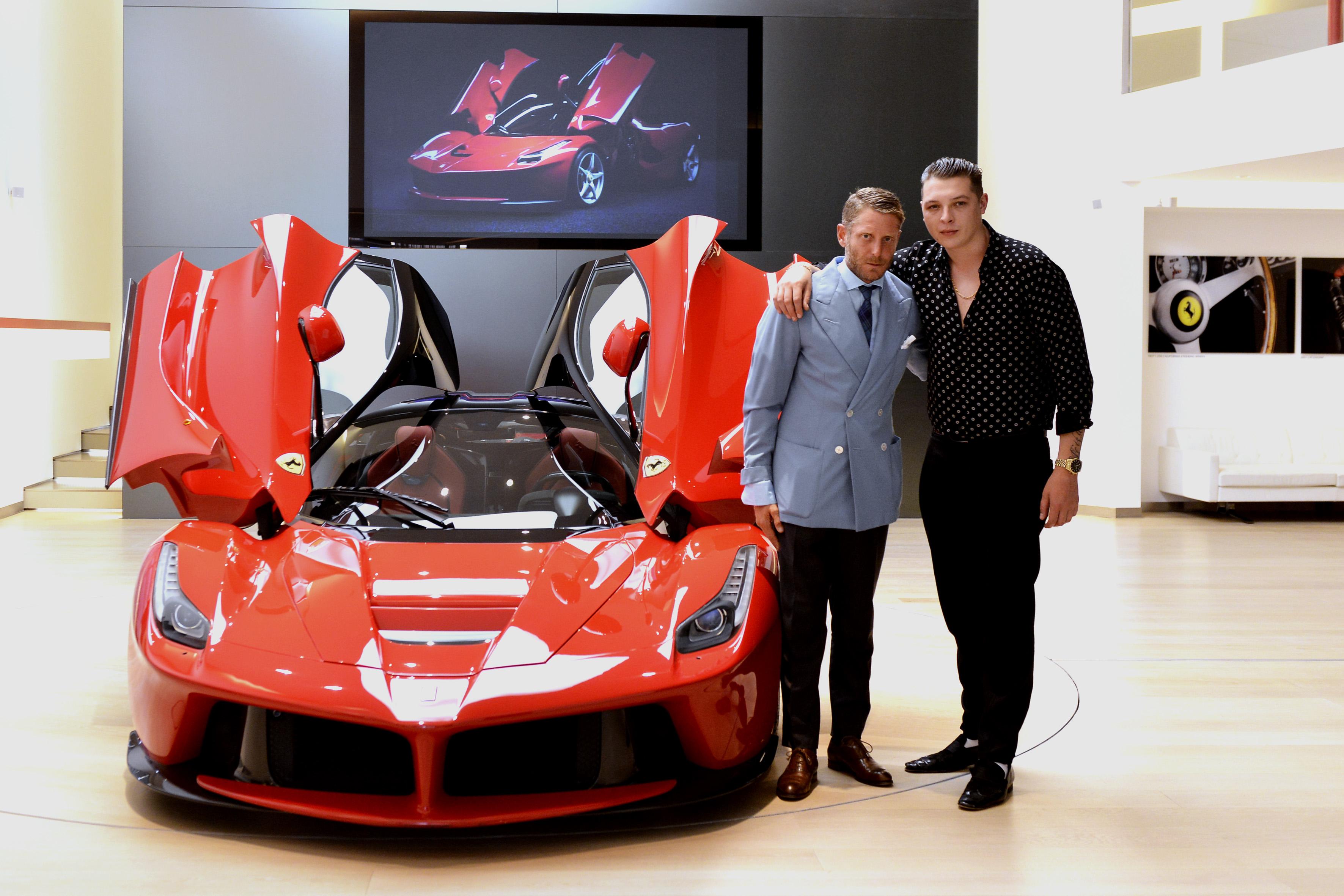 John Newman con Lapo Elkann a Maranello