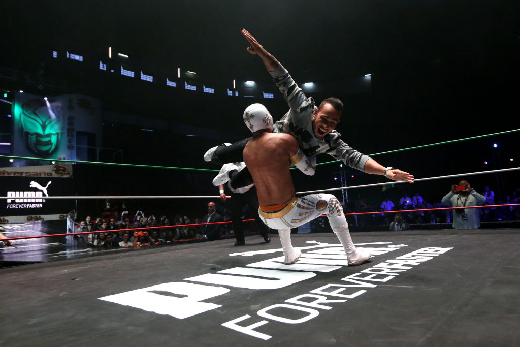 Lewis Hamilton si dà al wrestling