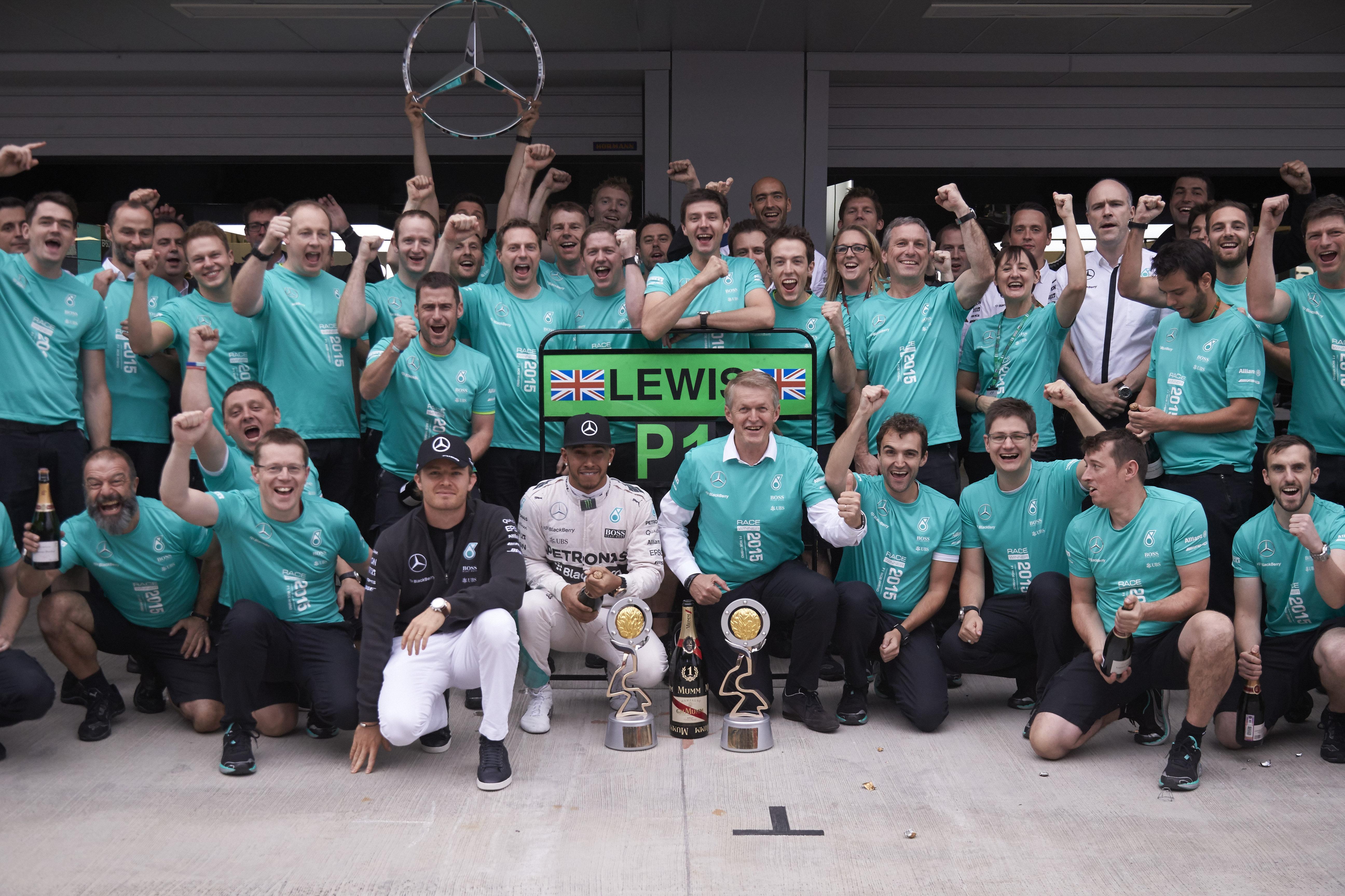 Dieter Zetsche si congratula con il team