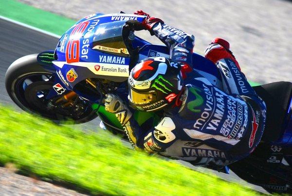 MotoGP: pole spettacolare di Lorenzo. Rossi cade