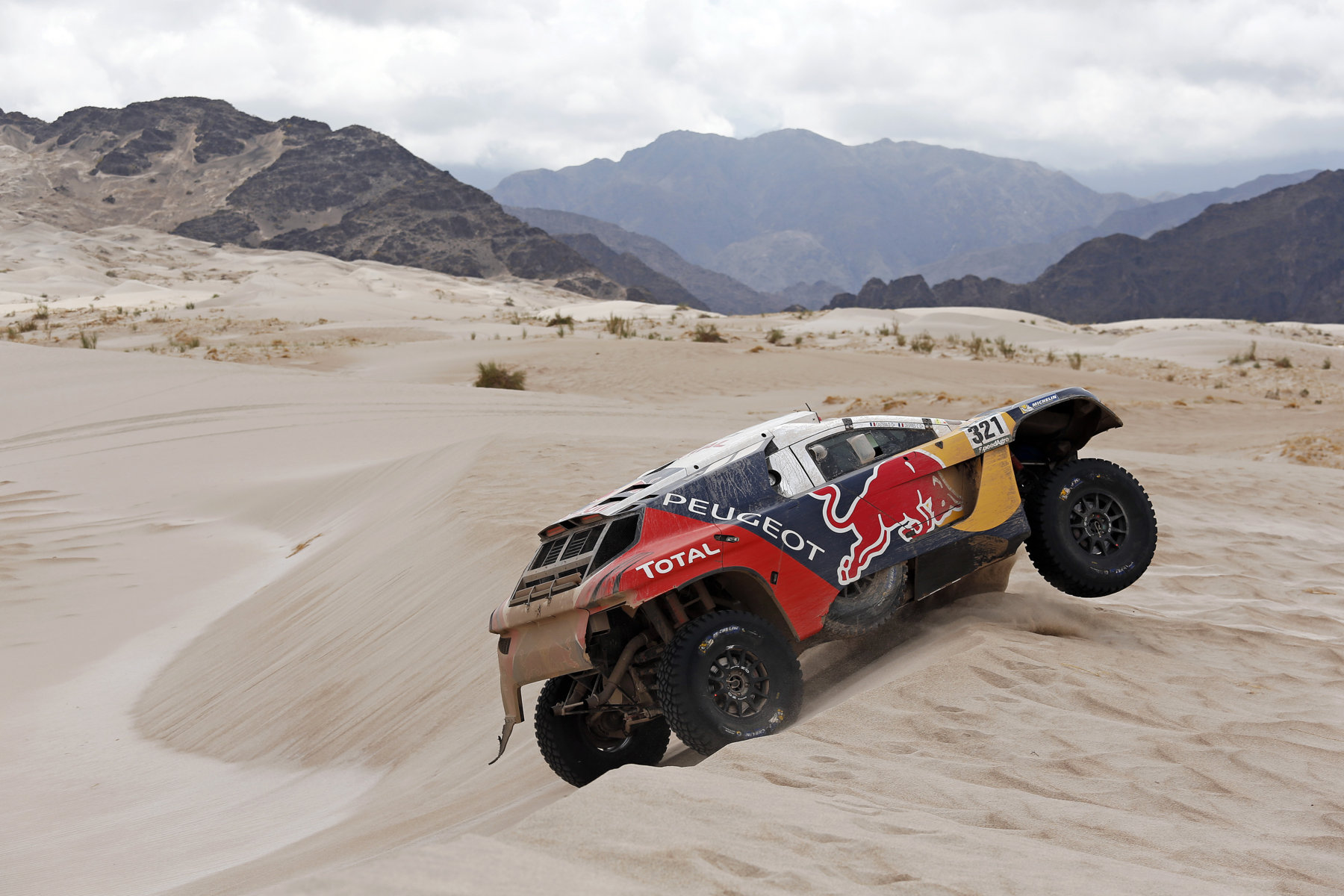 Peterhansel e Peugeot controllano la corsa