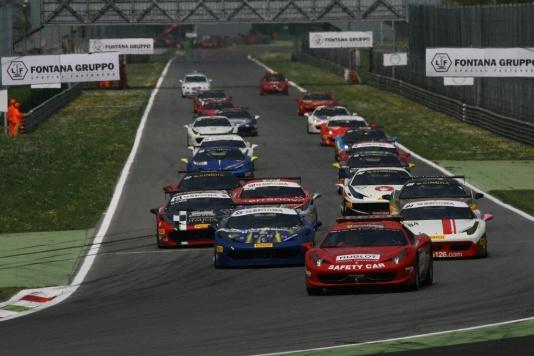 Il Ferrari Challenge inaugura l'attività a Monza
