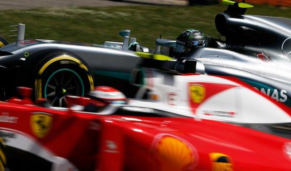 Lewis e Nico: piedi in Mercedes, testa in Ferrari?