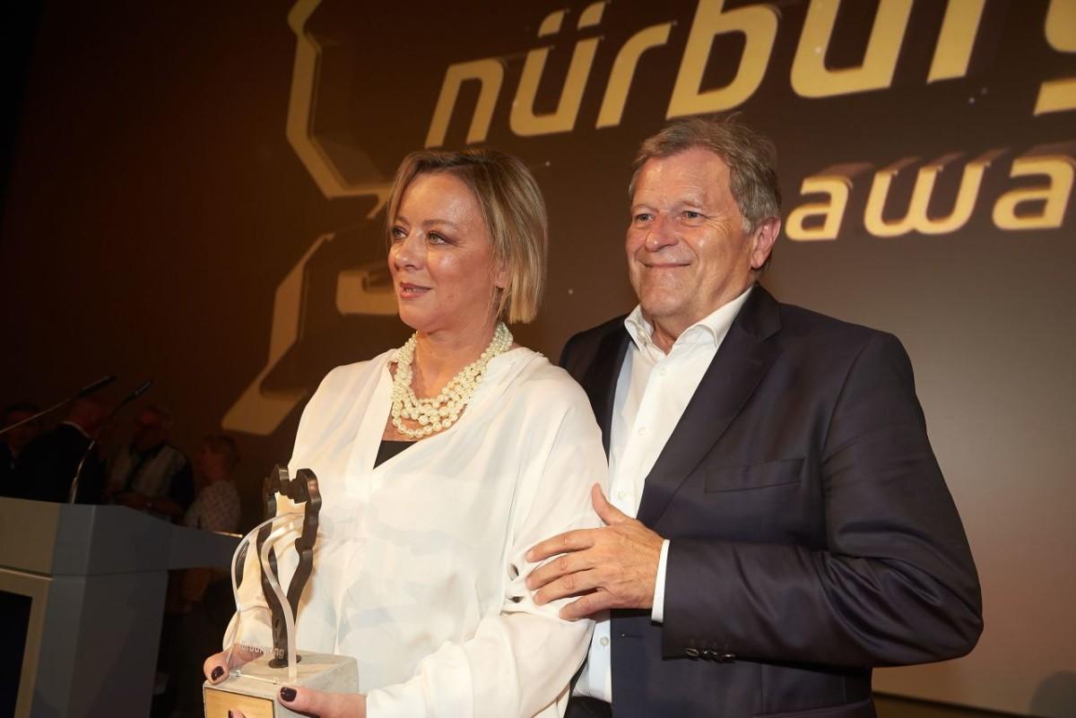 Sabine Kehm ritira un premio per Michael Schumacher