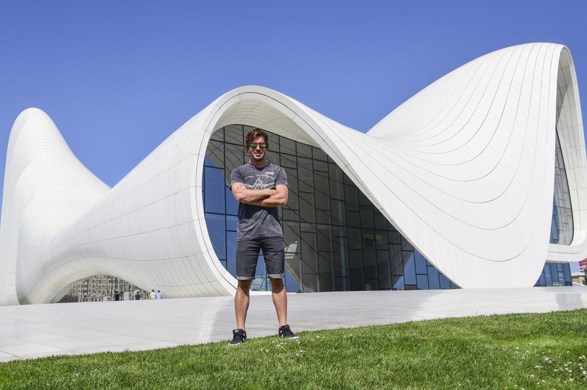 Alonso in giro per Baku prima del GP d'Europa