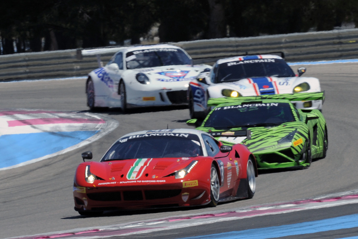 Uno squadrone di 12 Ferrari in pista a Spa