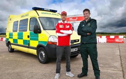 Sebastian Vettel alla guida di un'ambulanza