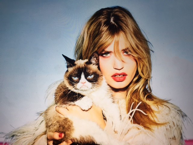 "Calendario Opel 2017 con Georgia May Jagger e ""Grumpy Cat"""