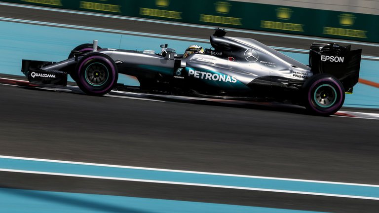 Abu Dhabi: ancora Hamilton-Rosberg, Vettel 3° ma cambio KO