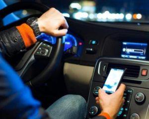 Toninelli: ritiro della patente per smartphone alla guida
