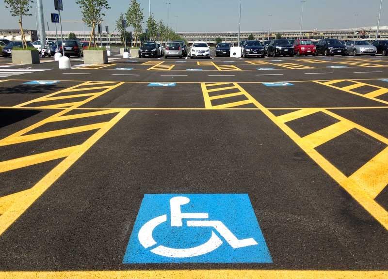 Cassazione: condanna penale per chi parcheggia nei posti per i disabili