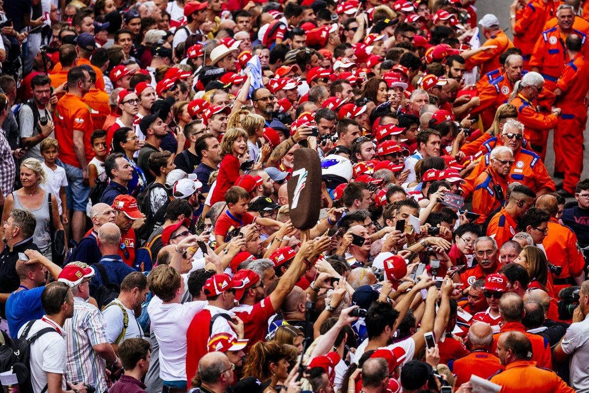 GP Italia: i piloti Ferrari sommersi dai tifosi