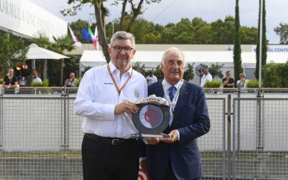 Bombassei consegna il premio Brembo a Ross Brawn