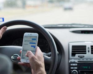 Uso degli smartphone alla guida e seggiolini: le novità