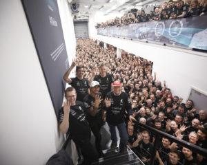 Brackley e Brixworth festeggiano Lewis Hamilton