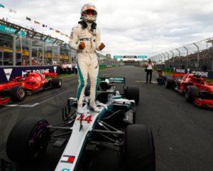 Australia: la prima pole è di Hamilton davanti alle Ferrari