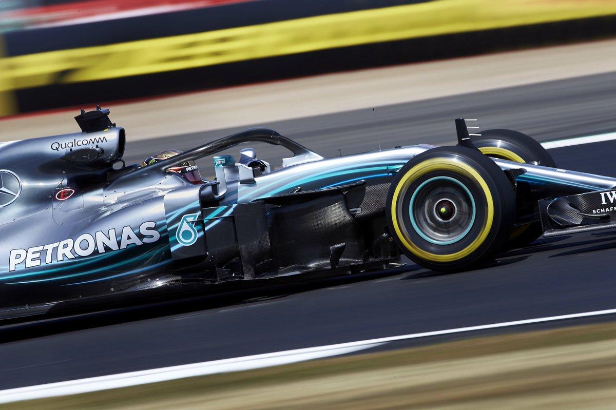 Pole di Hamilton a Silverstone, con le Ferrari incollate