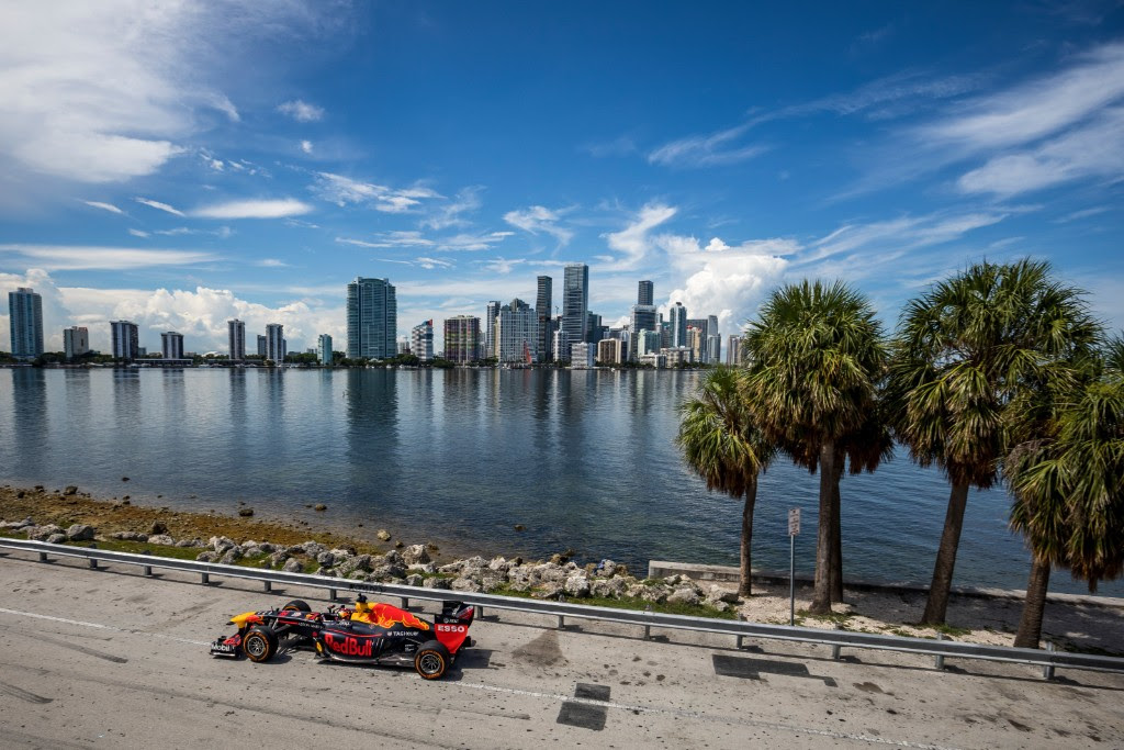 La Red Bull RB7 on the road attraverso gli USA