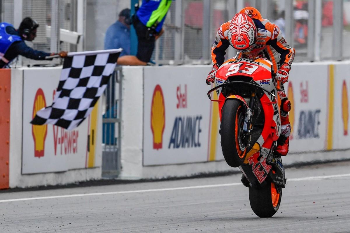 Malesia: Rossi cade e regala la vittoria a Marquez