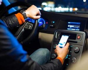 Smartphone alla guida: sanzioni e monito alla sicurezza