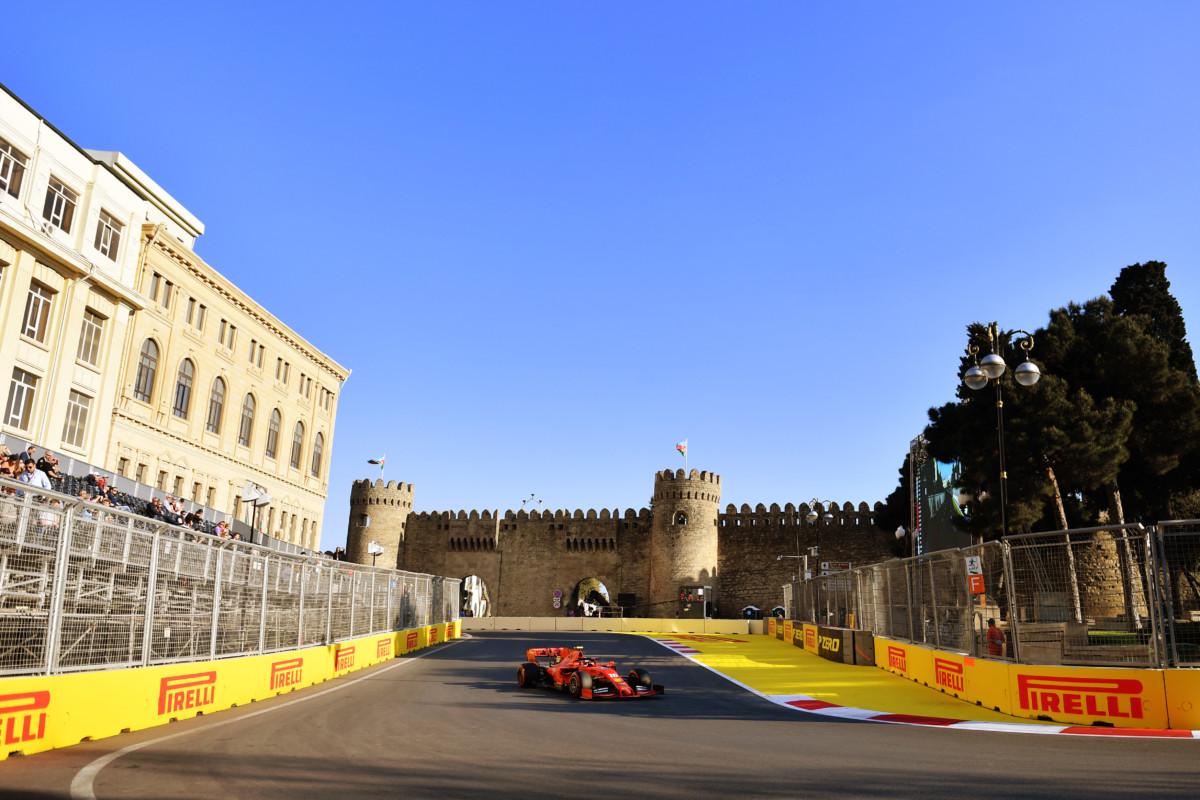 Baku: Ferrari su soft in testa in un venerdì di interruzioni