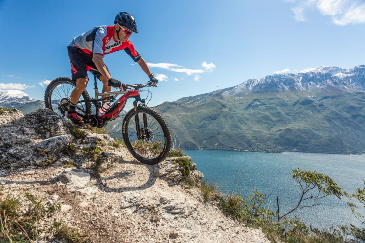 Troy Bayliss a pedali… prova la Ducati MIG RR