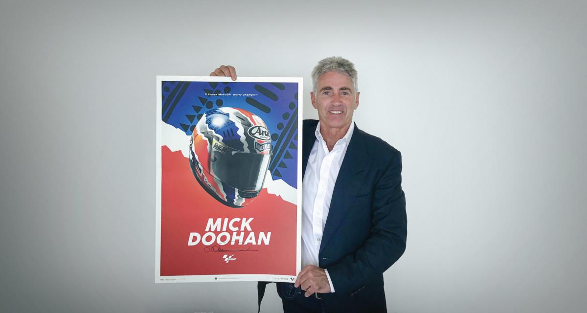 Automobilist celebra Mick Doohan con un poster dedicato