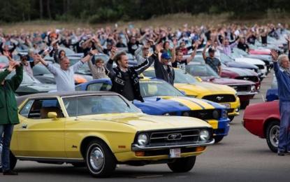 Ford: nuovo record mondiale per la parata di Mustang