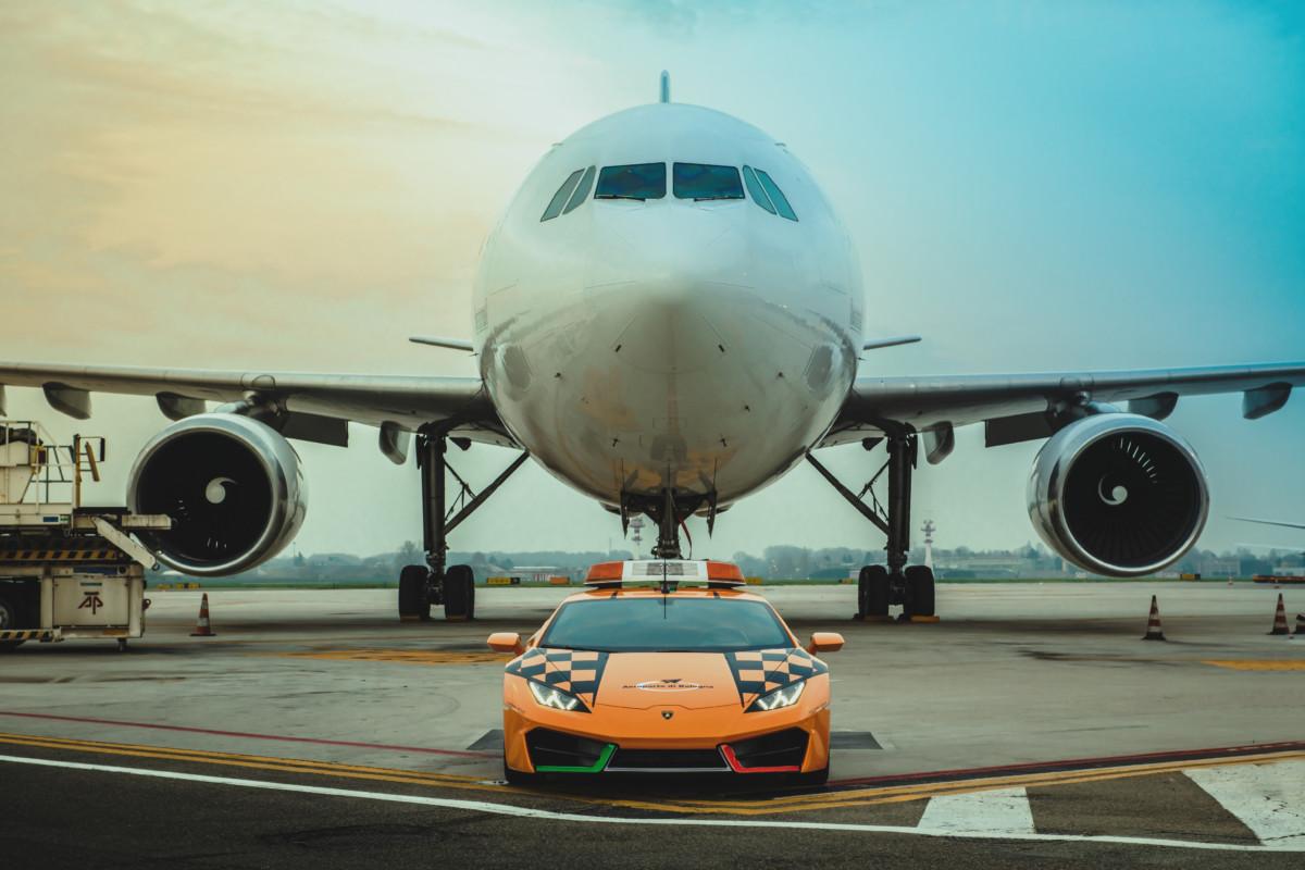 Una Huracán RWD Follow Me per l'Aeroporto di Bologna
