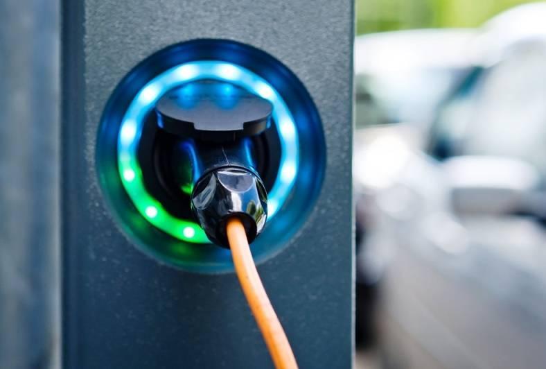 Illuminiamo 32mila case o ricarichiamo l'auto elettrica?