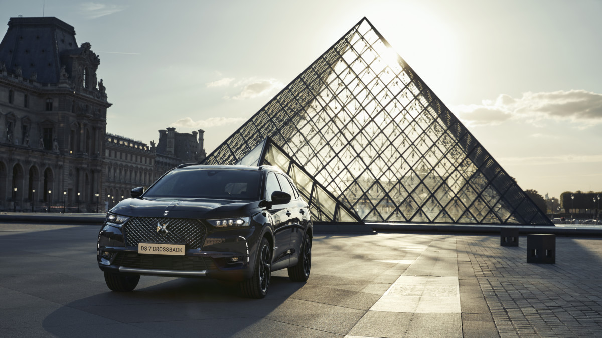 DS 7 CROSSBACK E-TENSE LOUVRE: arte in movimento