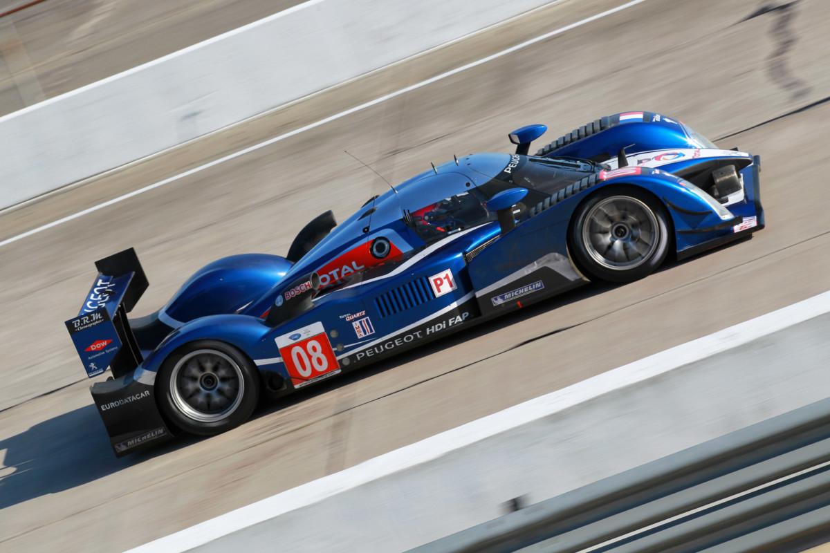 Tavares dà il via alla 24 Ore di Le Mans al volante di una Peugeot 908