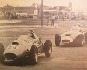 GP Portogallo 1958: Mike Hawthorn tra rotaie e lampioni