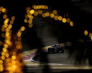 Bahrain: Hamilton più veloce del venerdì, tra botti e cani