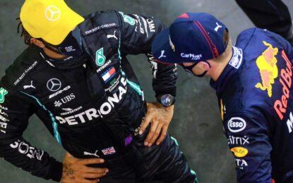 Hamilton-Verstappen: botta e risposta anche fuori pista