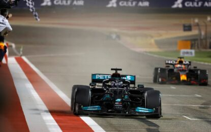 Hamilton-Verstappen: duello all'ultimo giro nel deserto