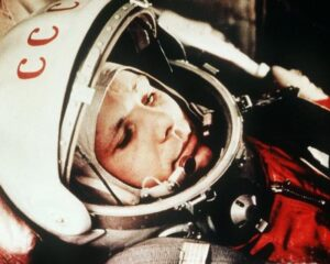 Yuri Gagarin e la medaglia d'eroe sovietico numero 11.175