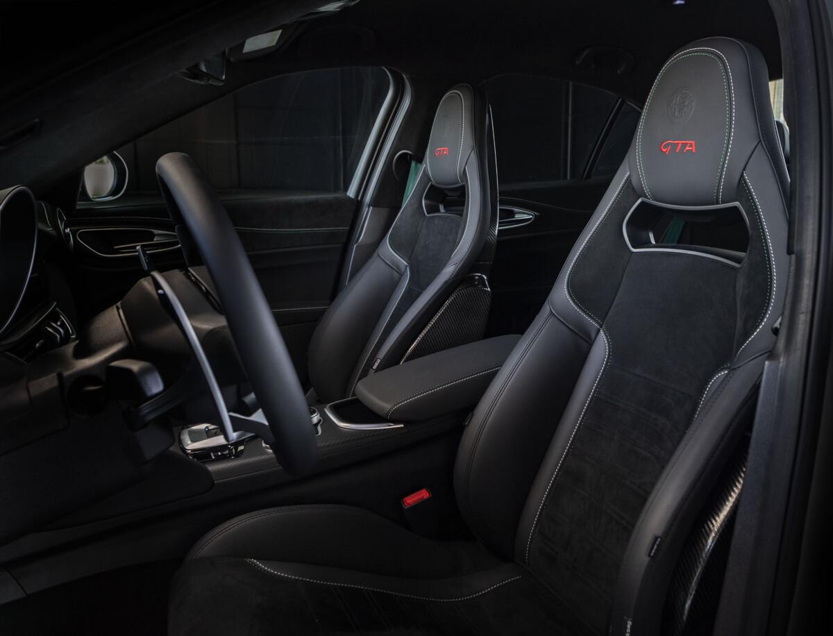 Alcantara veste Alfa Romeo GTA e GTAm