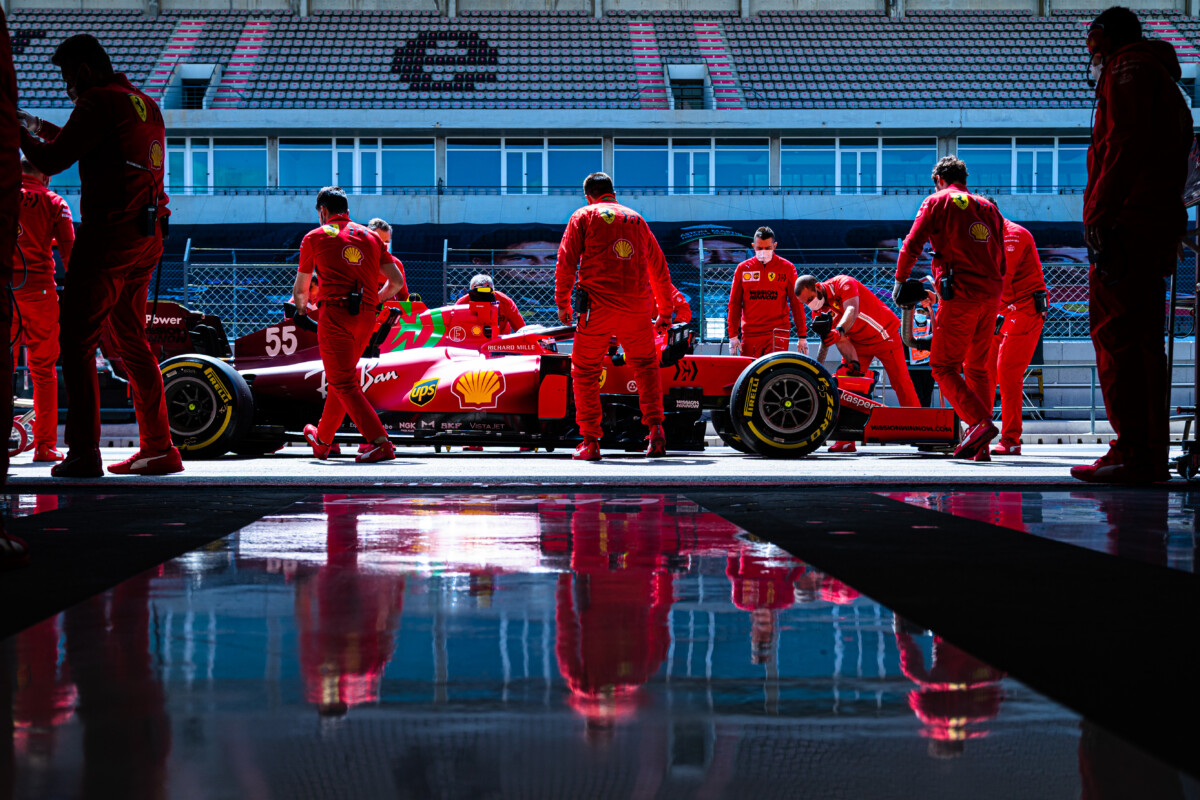 Carlos Sainz alla prima gara di casa in Rosso