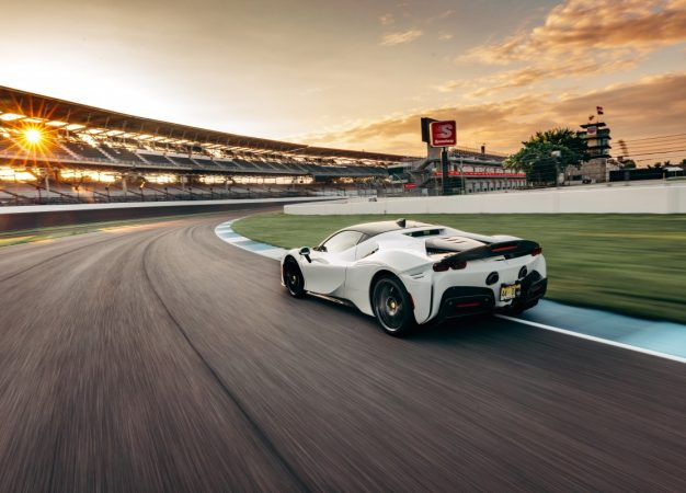 Record per la Ferrari SF90 Stradale al circuito di Indianapolis