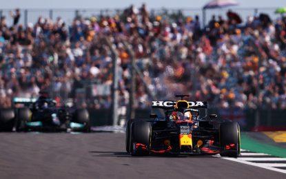 Verstappen vince la F1 Sprint conquistando la pole davanti alle Mercedes
